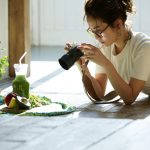 カメラで撮影する眼鏡の女の子