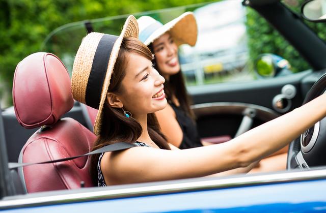 車で出かける女の子たち