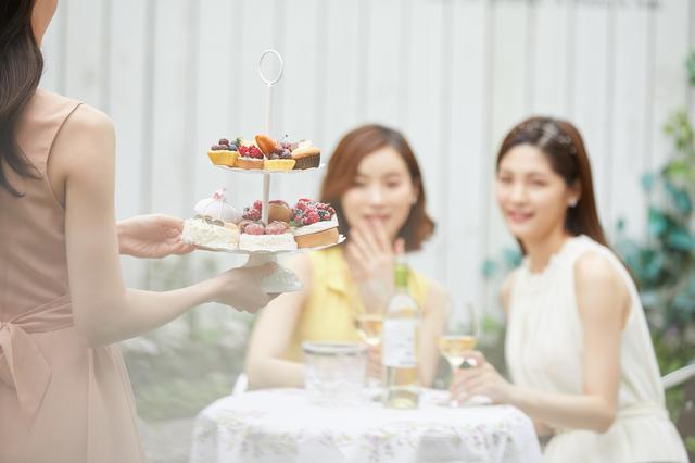 ビュッフェを楽しむ女性